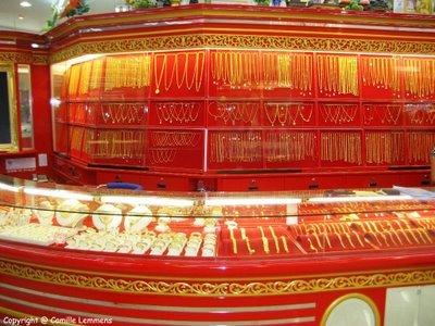 внутри магазина золота в тайланде