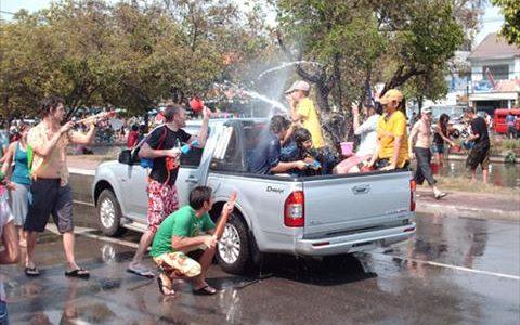Сонгкран в Таиланде:  тайский новый год