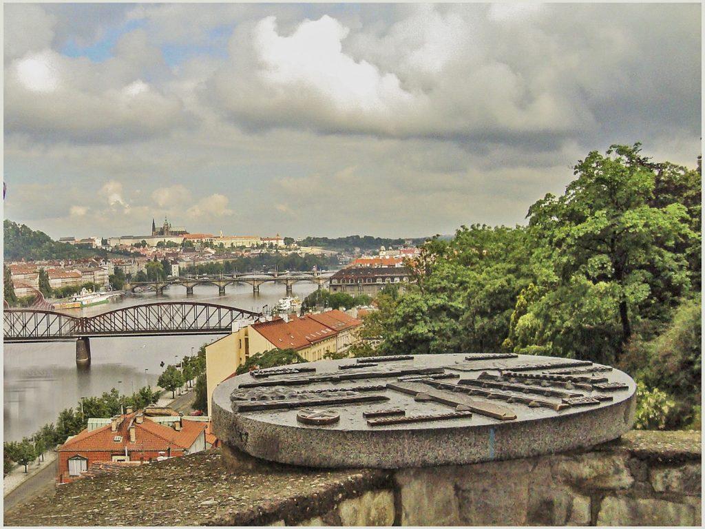 Вид на Влтаву и Пражский Град со смотровой площадки Вышеградских садов