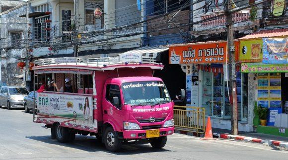 розовый автобус