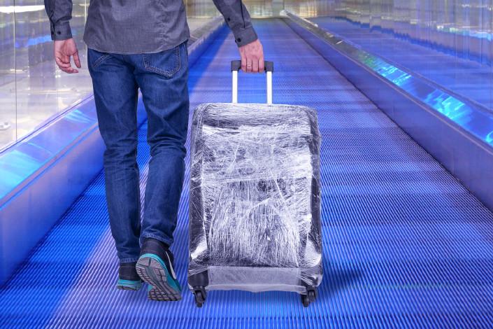 Упаковка чемодана в пленку