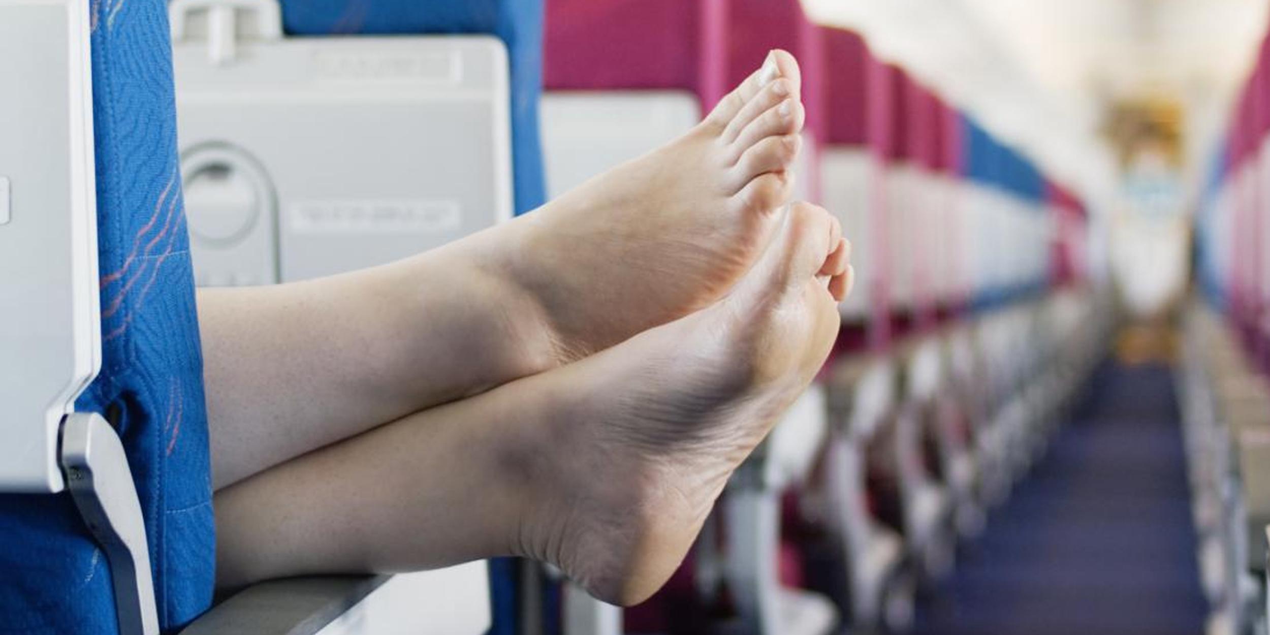 Нельзя снимать обувь в самолете