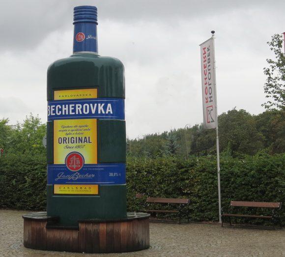 Памятник Бехеровке высотой 6м в Карловых Варах