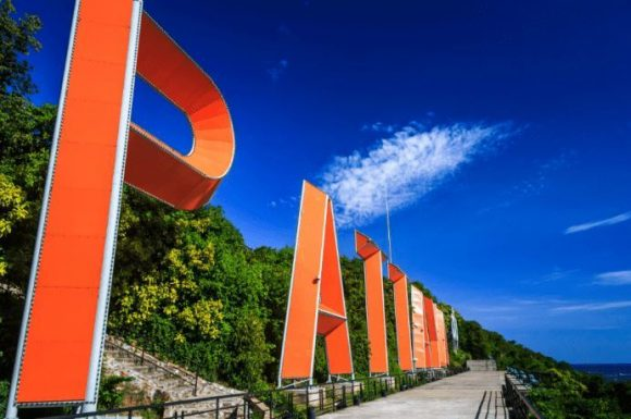 """Смотровая площадка возле надписи """"Pattaya"""""""